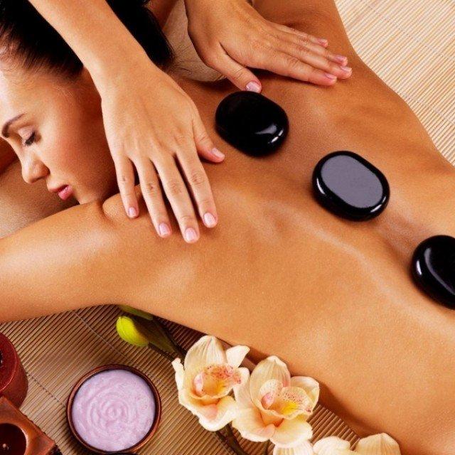 Massaggio pietre calde: il modo migliore per eseguirlo e i suoi benefici